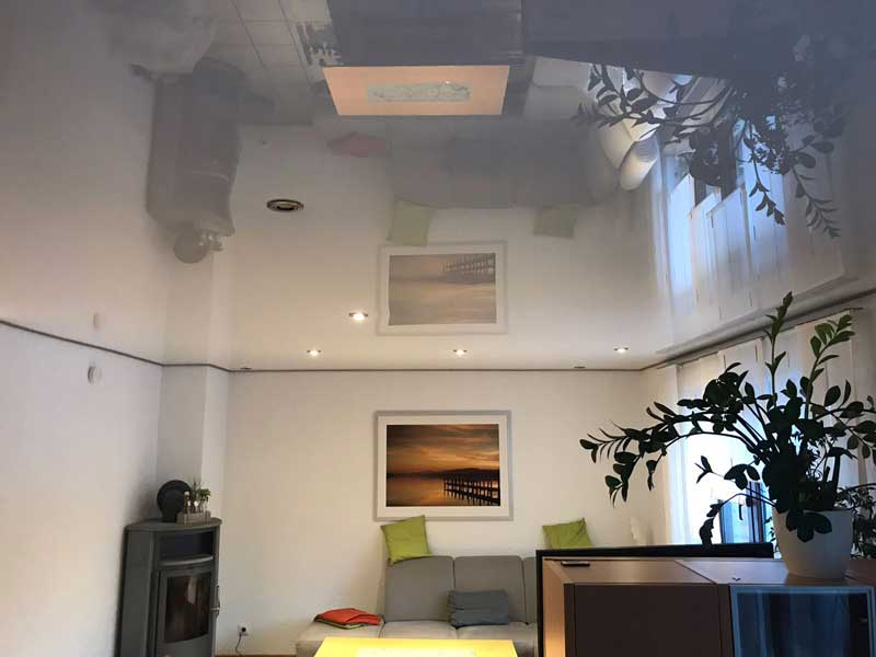 Lackspanndecke mit sichtbaren Leisten und LED Einbaustrahler