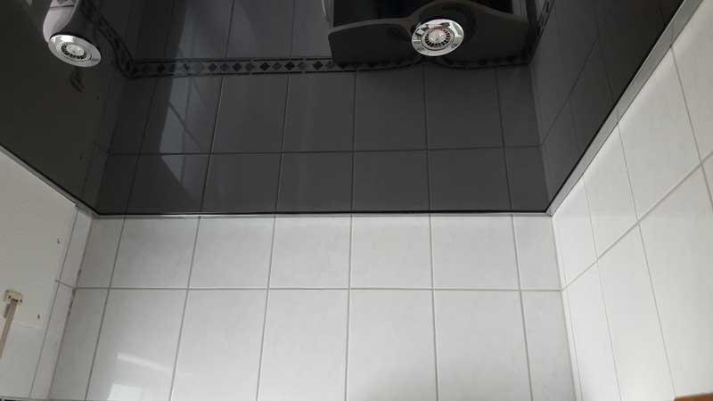 Spanndecke Hochglanz Schwarz in einem Bad