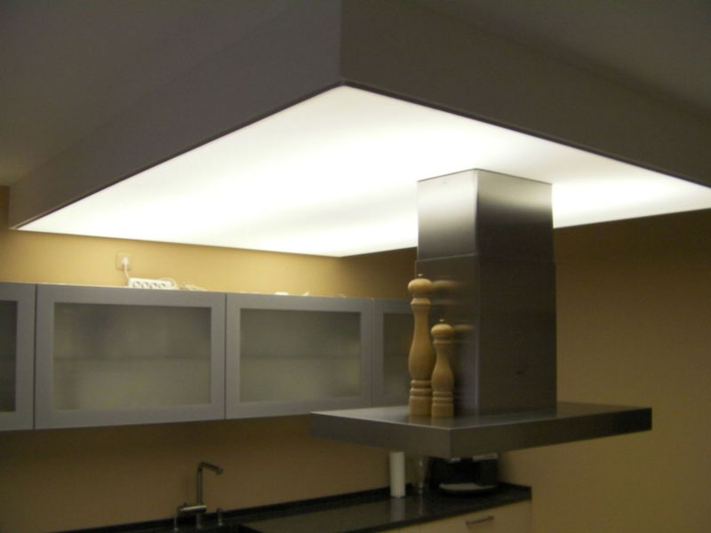Lichtdecke als Lichtquelle über dem Kochfeld in der Küche
