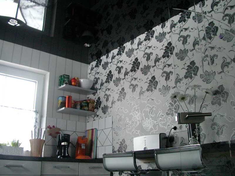 Spanndecke Hochglanz Schwarz in einer Küche